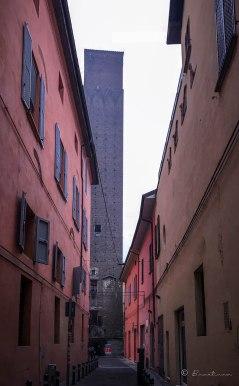 Una torre del siglo XVII con 60 metros de altura, propiedad de la familia Prendiparte. Actualmente funciona como B&B en pleno centro histórico de Bolonia.